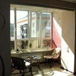 лоджия (отапливаемая). вид из комнаты через прозрачные раздвижные двери.